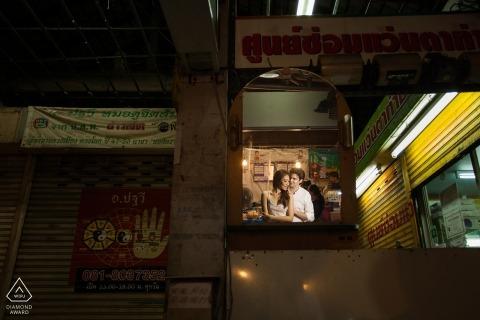 Phuket engagement fotografie fotografie Het huwelijk van Thailand en portretfotograaf ving dit paar die binnen omhelzen