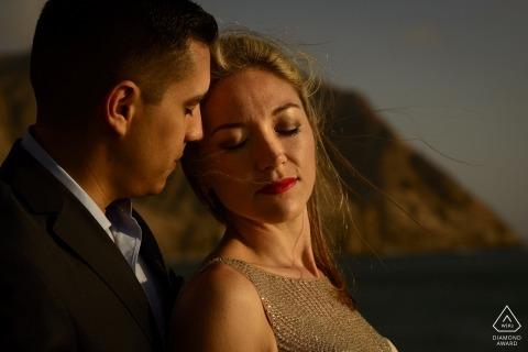 Retratos de compromiso de Lima Perú en la playa durante la hora mágica de la luz