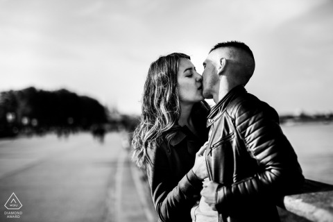 Nouvelle-Aquitaine couple kissing near the road in black-and-white