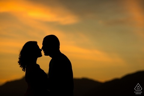 Sessione di fidanzamento al tramonto a Rio de Janeiro | il sole del pomeriggio crea una silhouette drammatica per questa coppia e i loro profili