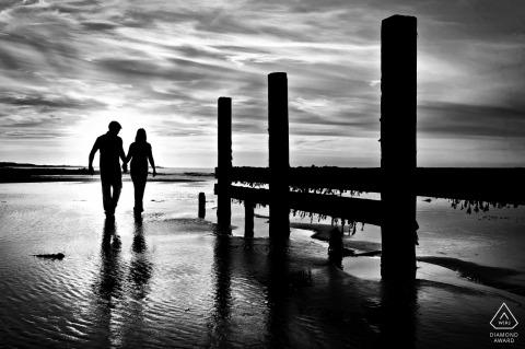 Channel Islands Czarno-białe strzelanie zaręczynowe - portrety przedślubne podczas odpływu na plaży