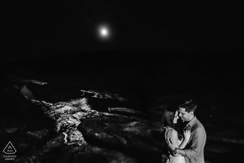 Minas Gerais engagement photography at night | Brazil couple embracing each other at the beach