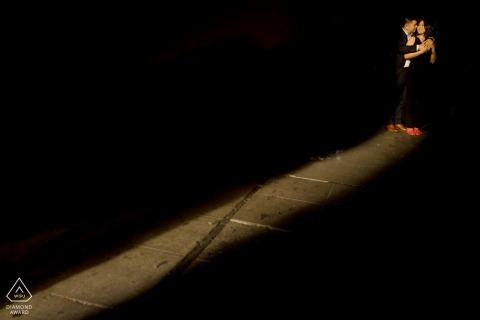 El eje de la luz del sol de Seattle encuentra a esta pareja abrazada en un retrato de compromiso de composición de perno