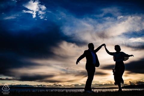 Ritratto di impegno della siluetta di Seattle di una coppia che balla contro il cielo