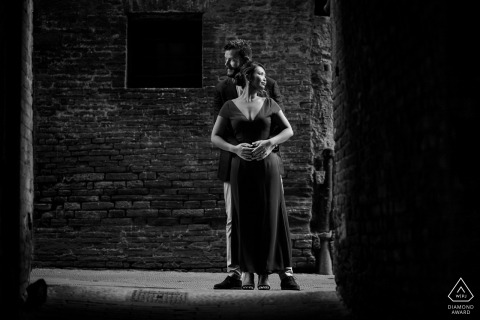 Tuscany engagement photo shoot session | Black and white pre-wedding photography