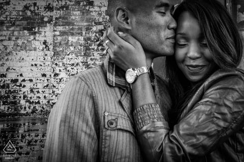 Montréal Québec Portrait de fiançailles bien encadré d'un charmant couple en noir et blanc