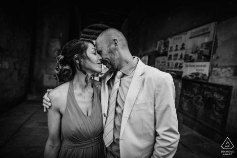 Retratos de compromiso de la Toscana en blanco y negro: fotos de antes de la boda en zonas urbanas.
