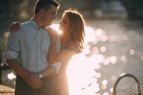 De zon weerkaatst op het water tijdens deze Boston ma verlovingsessie