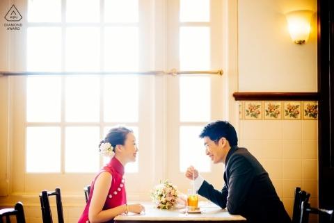 Wewnętrzna fotografia zaręczynowa - sesja z parą w tej restauracji
