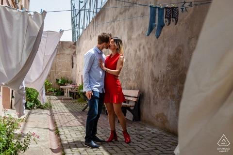 Lessive suspendue au-dessus des lignes dans cette séance de portrait à Istanbul en Turquie pour un couple fiancé