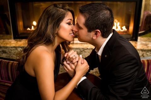 Il distretto di Columbia ha ingaggiato un bacio di coppia accanto al caminetto per il loro ritratto di fidanzamento