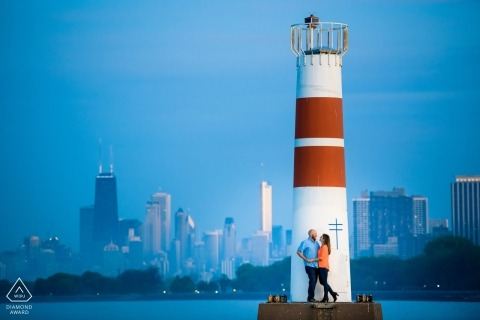 Sunset Chicago Verlobungssitzung in Montrose Harbor | Montrose Harbor-Leuchtturm-Fotografie