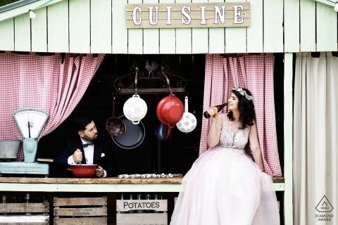 Roemeens cruisepaar geniet samen van leuke tijden samen tijdens hun portretzitting vóór de bruiloft