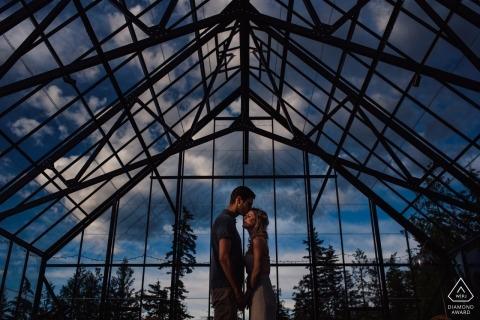 Séance de portraits sous serre en Colombie-Britannique pour le couple bientôt marié