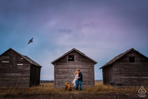 British Columbia Canada verlaten barakwerkhuizen vormen de achtergrond voor dit verlovingsportret