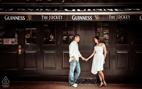 Prewedding-fotografie van het paar in The Jockey Public House in Hong Kong