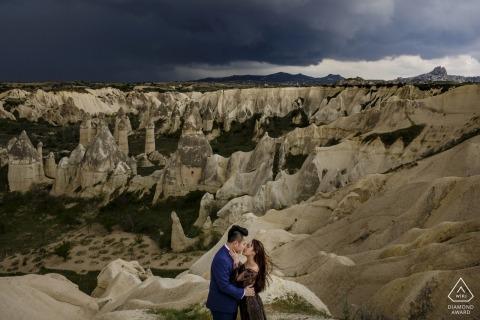 tournage de fiançailles à love valley, cappadoce   avant la tempête