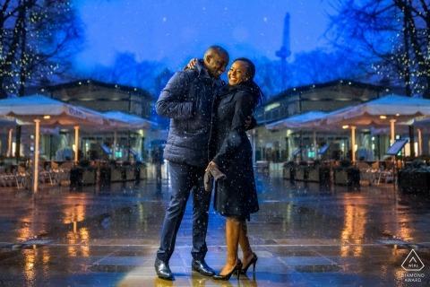 Het paar van Londen op de regenachtige straten voor overeenkomsten shoot