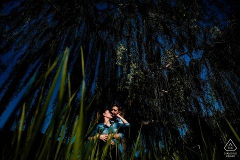 Retrato de noivado na grama alta com céu azul em Castela e Leão