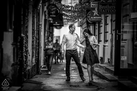 Un couple marié se promène dans les rues roumaines lors de la séance de portrait précédant le mariage