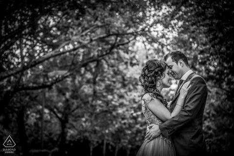 Séance de portraits de fiançailles en noir et blanc dans un parc roumain
