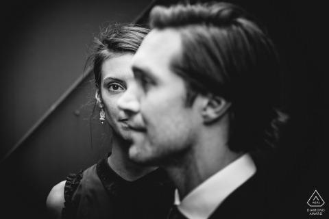 Retratos de noivado industrial para casais de Paris amando preto e branco