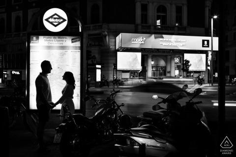 Silhouette contre le signe de la rue, ce couple de Madrid a utilisé la nuit en noir et blanc pour un effet dramatique