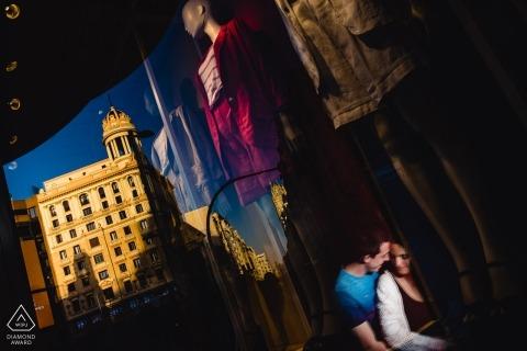 De stad Madrid met zijn straatwinkels biedt volop mogelijkheden voor prachtige verlovingsportretten als deze