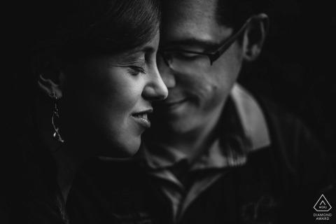 Haar profiel met haar verloofde die naar beneden staart, zorgt voor een heel intiem zwart-wit verlovingsportret