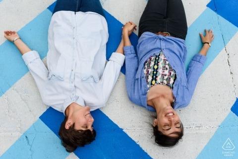 couple, tenant mains, et, mensonge, sur, trottoir coloré