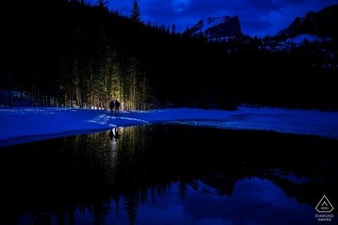 Engagement dans le parc national des Montagnes Rocheuses dans le Colorado au crépuscule avec une lumière