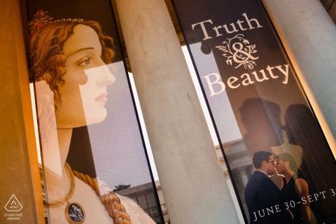 San Jose California portretów zaręczynowych pary odzwierciedlenie w witrynach sklepowych szkła sklepowego