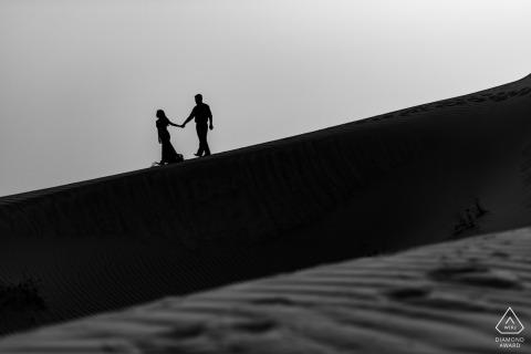 Servizio di fidanzamento nel deserto | Fotografia in bianco e nero del deserto negli Emirati Arabi Uniti
