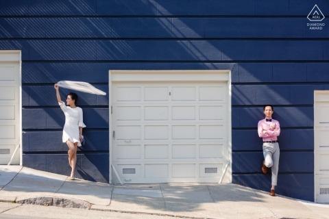 California Engagement Photo z parą na stromych ulicznych i garażowych drzwiach