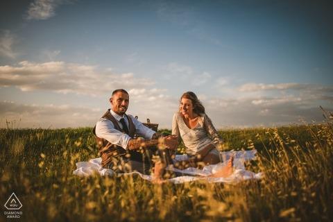 Ein Toskana-Picknickkorb serviert dieses Paar in Siena während des vorbereitenden Fotoshootings vor der Hochzeit