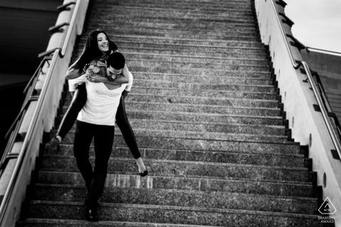 Pareja bajando las escaleras durante su sesión de compromiso en Baden-Württemberg