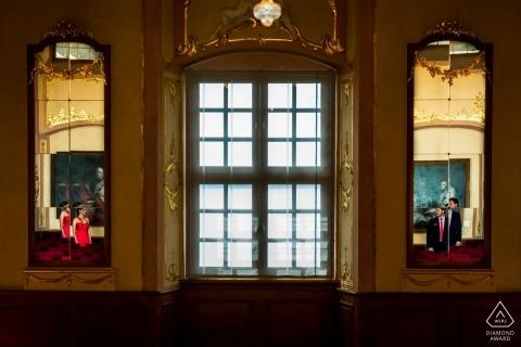 Paar weerspiegeld in spiegels tijdens Baden-Württemberg Engagement Photo Session