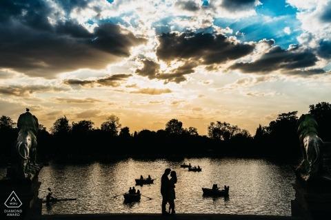 Madrid Spanje pre-bruiloft silhouet portret tegen de achtergrond van mooie wolken water roeiboten en roeiers