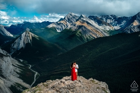 Kanada PreWedding Portraits - Alberta Braut im roten Kleid für Verlobungsfotograf