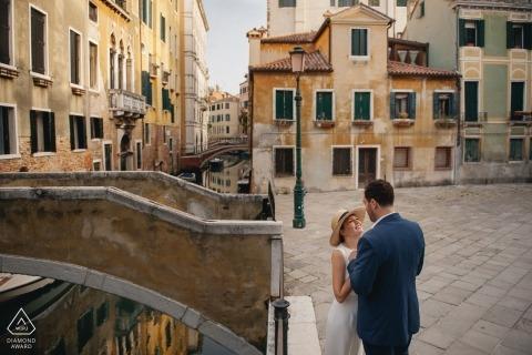 Fotografia de noivado de República Checa sessão de retrato nas ruas com um casal na sombra