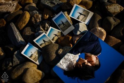 前婚禮中國訂婚拍攝會議在岩石與寶麗來和鏡面反射