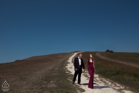 Engagement Portaits for London Couples | Walking on Dirt Road