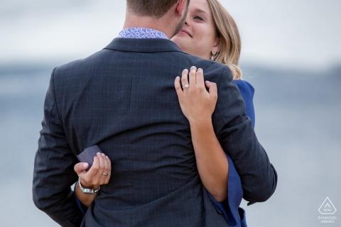 Sessione fotografica di fidanzamento della Columbia Britannica con un anello in una scatola