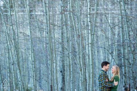 太浩湖前婚禮照片的一對夫婦對高大的白樺樹