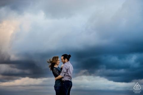 Seattle Washington Pareja retratos con nubes para la sesión de prewedding