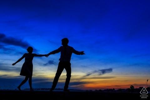 Séance photo d'engagement avant le mariage avec București à la plage avec un ciel bleu