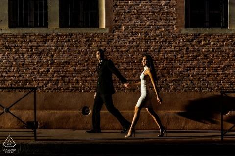 strzelać zaręczyny z parą idącą słoneczną ulicą | Sesja pre-ślubna fotografa Haute-Garonne