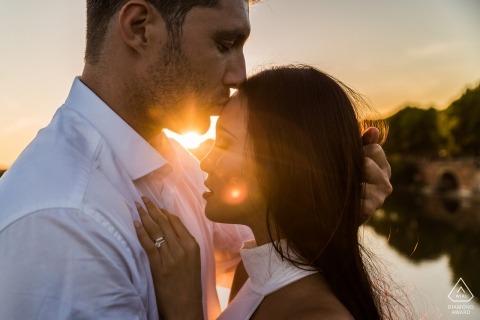 Strzelanie zaręczynowe z zachodu słońca z parą całujących się Fotograf z okazji ślubu