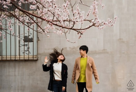 Fall engagement images of a couple | Shanghai photographer pre-wedding session