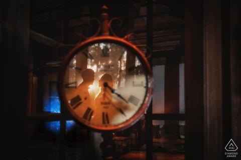 Photos de fiançailles pré-mariage Fujian d'un couple reflétées dans un cadran d'horloge | séance de photographie de couple